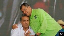 El presidente de Ecuador, Rafael Correa, abraza al exvicepresidente, Lenin Moreno, durante la convención del partido PAIS de Alianza, donde Moreno fue elegido como candidato a la presidencia.
