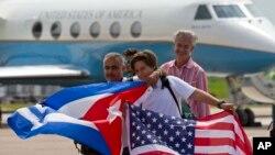 Putnici aviona kompanije Džet blu na aerodromu u Santa Klari