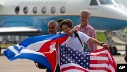 在古巴乘客展示美国和古巴国旗