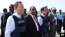 ເລຂາທິການໃຫຍ່ອົງການສະຫະປະຊາຊາດທ່ານ Ban Ki-moon (ຊ້າຍ) ຢືນໃກ້ໆນາຍົກລັດຖະມົນຕີໂຊມາ ເລຍ ທ່ານ Abdiweli Mohamed Ali (ກາງຊ້າຍ) ຫຼັງຈາກເດີນທາງໄປເຖິງສະໜາມບິນ Adan Abulle ໃນນະຄອນຫຼວງໂມກາດິສຊູ (9 ທັນວາ 2011)