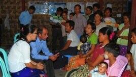 ကုလသမဂ္ဂရဲ့ မြန်မာနိုင်ငံဆိုင်ရာ လူ့အခွင့်အရေး အထူးကိုယ်စားလှယ် Tomas Ojea Quintana ကချင်ပြည်နယ် မြစ်ကြီးနားမြို့မှာ စစ်ပြေး ဒုက္ခသည်တွေနဲ့ တွေ့ဆုံစဉ် (ဖေဖော်ဝါရီ ၁၅၊ ၂၀၁၃)