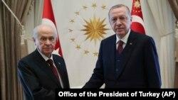 رجب طیب اردوغان (راست) و دولت بچیلی، رهبر حزب جنبش ملیگرای ترکیه