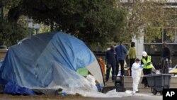 占领加州奥克兰小川广场的抗议者11月14日被驱逐后当地政府人员视察广场情况