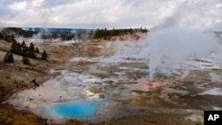 Debido a la alta acidez y temperatura del agua termal de Norris Geyser, el cadáver del joven prácticamente se desintegró.
