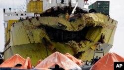 Brojni čamci za spasavanje oko teretnog broda koji se sudario sa putničkim brodom