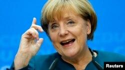 앙겔라 메르켈 독일 총리가 23일 베를린에서 열린 기독교민주당 회의 참석 후 가진 기자회견에서, 총선 결과에 관한 입장을 밝히고 있다.