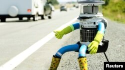 HitchBOT, robot penumpang mobil yang dibuat oleh dua warga Kanada (foto: dok).