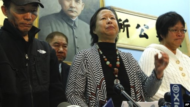 Danny Chen's father, Yao Tan Chen, and mother, Su Zhen Chen, stand to the left and right of Elizabeth OuYang, president of the New York chapter of the Organization of Chinese Americans, at a press conference in New York on January 5, 2012.