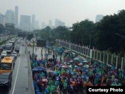 Para Buruh berunjuk rasa di depan Gedung DPR RI, Jakarta dalam rangka menolak RUU Omnibus Law, Senin, 20 Januari 2020. (Foto: Humas PT Transjakarta)