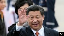ປະທານປະເທດຈີນ ທ່ານ Xi Jinping ໂບກມືເວລາໄປເຖິງ ເດີ່ນເຮືອບິນທະຫານ ທີ່ເມືອງ Seongnam ເກົາຫລີໃຕ້ (3 ກໍລະກົດ 2014)
