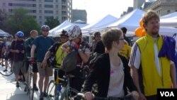 Washington Area Bicyclist Association (WABA) menyelenggarakan acara 'Bike to Work Day' yang diikuti lebih dari 10 ribu orang.