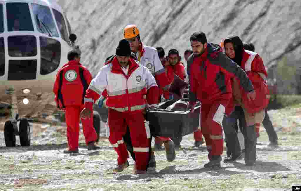 انتقال اجساد سرنشینان هواپیمای ترکیه که در ارتفاعات چهارمحال و بختیاری سقوط کرد. عکس: مصطفی صفری