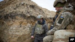 Ukrajinski predsednik Volodimir Zelenski posmatra vojne jedinice u Donbasu