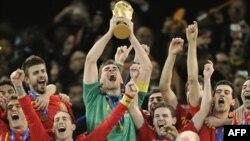 Испанский вратарь Икер Касильяс (в центре) с главным трофеем кубка мира по футболу
