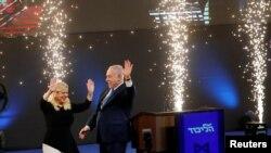 Thủ Tướng Netanyahu và phu nhân Sara trên sân khấu sau khi kết quả thăm dò ngoài phòng phiếu cho thấy Đảng Likud chiếm đa số ghế quốc hội. April 10, 2019. REUTERS/Ronen Zvulun