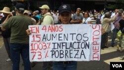 Opositores al chavismo y a su sistema exhiben letreros realizados artesanalmente con estadísticas, que según ellos, presenta el manejo del actual gobierno. Foto: Álvaro Algarra/VOA
