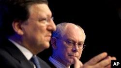 15일 브뤼셀에서 열린 유럽연합 정상회담에서 헤르만 판 롬파위 상임의장(오른쪽)과 조제 마누엘 바호주 위원장(왼쪽).