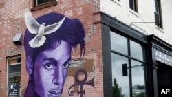 Un graffiti en l'honneur de Prince tagué sur un immeuble à Minneapolis, 28 aout 2016