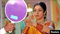 سری دیوی کی فلم کے سیٹ پر اپنا میک درست کرتے ہوئے ایک یادگار تصویر