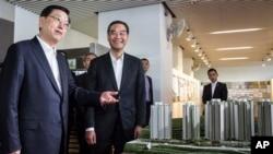Zhang Dejiang (kiri), ketua Somite Tetap Kongres Rakyat Nasional China dan Pemimpin Eksekutif Hong Kong Leung Chun-ying (kanan) di Hong Kong (19/5).