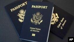 放在德克萨斯州达拉斯一张桌子上的美国护照。(资料照)