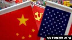 Zastave Kine, kineske Komunističke partije i Sjedinjenih Američkih Država na tržnici u gradu Jivu u Kini (Foto: Reuters/Aly Song)