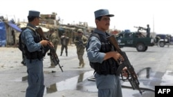 Avganistanski policajci kraj poprišta današnjih samoubilačkih napada kraj baze NATO, u pokrajini Kandahar