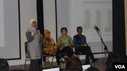 Diskusi mengenai peran perempuan dalam politik yang diselenggarakan IFI Surabaya. (VOA/Petrus Riski)
