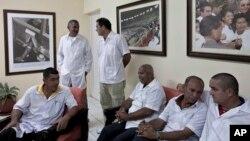 Các các sĩ Cuba, những người sẽ đến Liberia và Guinea, tại một buổi họp báo ở Havana, ngày 21/10/2014.