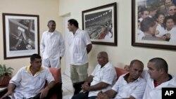 Para dokter yang akan diberangkatkan ke Liberia dan Guinea menunggu dimulainya konferensi pers di Havana, Kuba (Foto: dok). Hampir 300 ahli dari 34 negara hadir dalam Konferensi Ebola di Havana, Kuba.