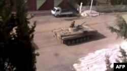 Sirijski tenk prolazi kroz jedan grad u nemirnoj pokrajini Dara