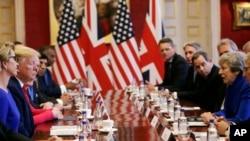 Britanska premijerka Tereza Mej i predsednik SAD Donald Tramp na okruglom stolu sa poslovnim liderima