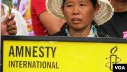 អ្នកតវ៉ាភូមិបឹងកក់កាន់បដារបស់អង្គការសិទ្ធិមនុស្ស Amnesty International សុំឲ្យដោះលែងអ្នកស្រីយ៉ោម បុប្ផា។