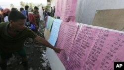 菲律賓康波斯特拉谷新巴丹鄉的一名居民星期四查閱他失蹤親屬的名字