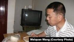 胡俊雄在黄岗市驻京办用餐的照片(维权网)