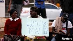 Des militants du candidat à la présidentielle Raila Odinga, de la National Super Alliance (NASA), manifestent à l'extérieur de la Cour suprême à Nairobi, le 18 août 2017.