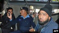 Một viên chức tình báo đang thẩm vấn nghi can Mumtaz Qadri (phải) đã giết Tỉnh trưởng Salman Taseer