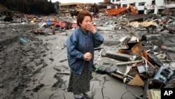 폐허에서 탄식을 하는 일본 여인
