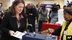La congresista demócrata Diana DeGette deposita su voto temprano en un colegio electoral en Colorado.