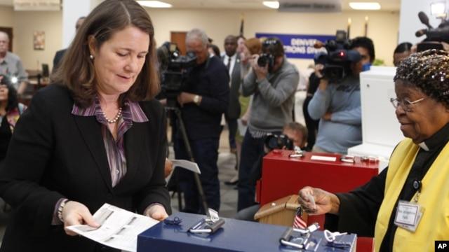 Dân biểu Diana Degette đi bỏ phiếu sớm trong bang Colorado