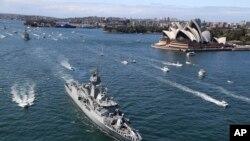 """2013年10月4日,參加國際閱兵的澳大利亞皇家海軍""""珀斯""""號軍艦抵達悉尼港並駛過悉尼歌劇院"""