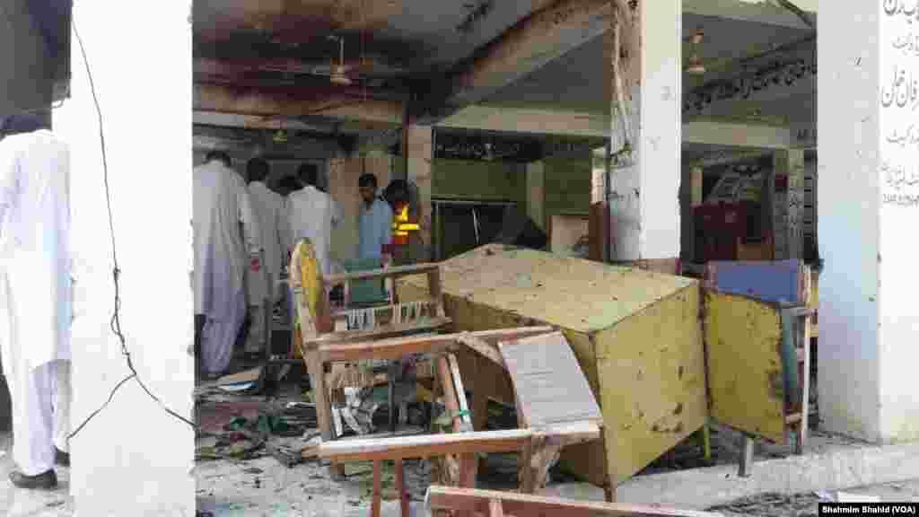 مردان پولیس کے مطابق یہ خودکش دھماکہ ضلع کچہری کے احاطے میں ہوا اور مرنے والوں میں وکلا اور پولیس اہلکار بھی شامل ہیں۔