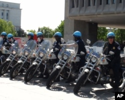 活动现场布置的警察