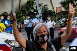 Aktivis pro-demokrasi Alexandra Wong, juga dikenal sebagai Nenek Wong, memberi isyarat di luar pengadilan West Kowloon di Hong Kong pada 10 September 2021.