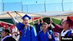 El primer grupo de soñadores que se entregó a las autoridades de inmigración en la frontera entre San Diego y México estaba integrado por 40 jóvenes.