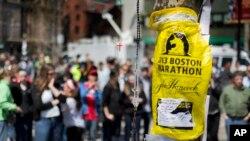 访客在波士顿科普利广场上临时设置的悼念马拉松赛牺牲者地点驻足