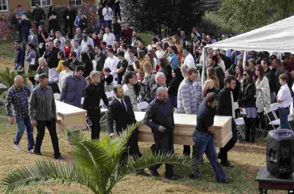 Algunos hombres llevan los ataúdes de Dawna Ray Langford, de 43 años, y sus hijos Trevor, de 11 años, y Rogan, de 2, para ser enterrados en el cementerio de La Mora, en Sonora, México.