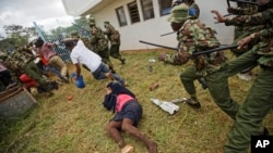ABayoboke ba pperezida Uhuru Kenyatta wa Kenya bahanganye na polisi, kw'igenekerezo rya 28/11/ 2017.