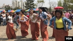 Cambodian migrant workers participate in a traditional game celebrating Khmer New Year at Manseok Park in Suwon, South Korea, Sunday April 16th, 2017. (Sok Khemara/VOA Khmer)