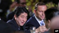 2014年7月8号日本首相安倍晋三(左)在澳大利亚参加由澳大利亚总理阿伯特(右)为他举办的欢迎晚宴